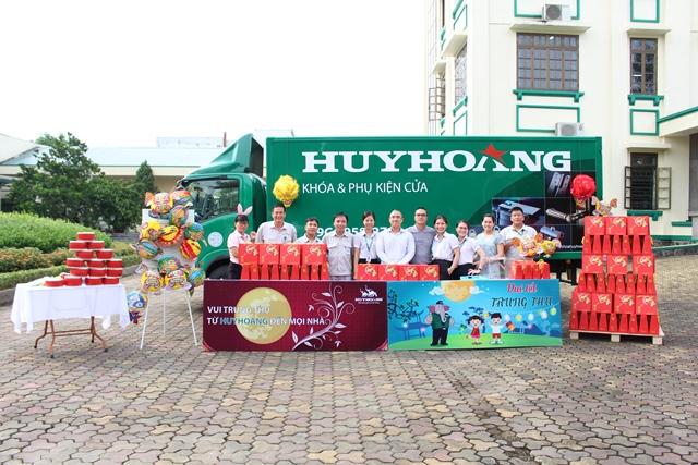 Khóa Huy Hoàng tặng quà Tết Trung Thu cho CBCNV