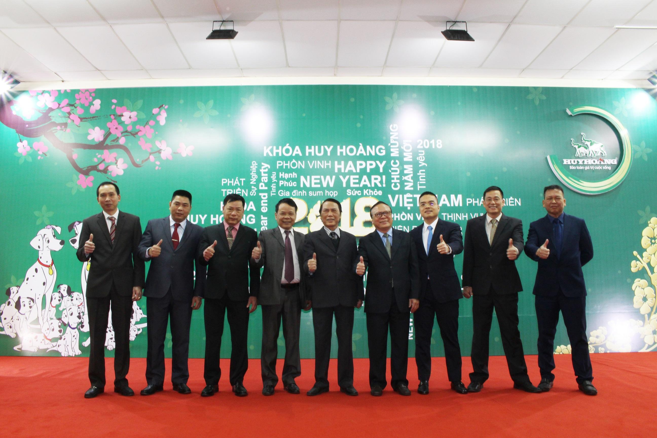 Rộn ràng lễ tổng kết cuối năm của công ty TNHH Khóa Huy Hoàng