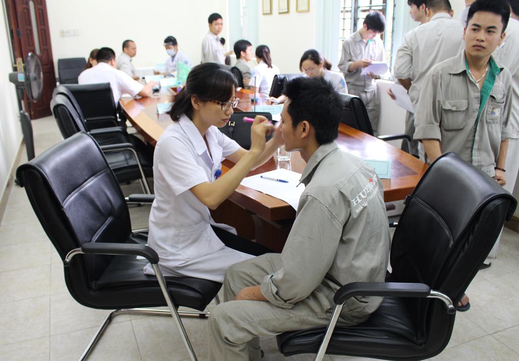 Khám sức khỏe định kỳ cho cán bộ CNV công ty Khóa Huy Hoàng
