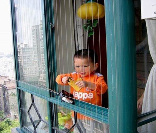 An toàn cho trẻ nhỏ ở chung cư cao tầng