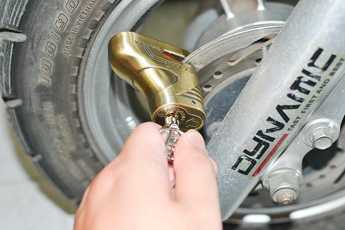 Khóa phanh đĩa cũng là biện pháp bảo vệ xe máy an toàn