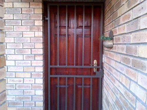 Các cánh cửa ra vào, cửa sổ vững chắc làm nhụt chí kẻ trộm