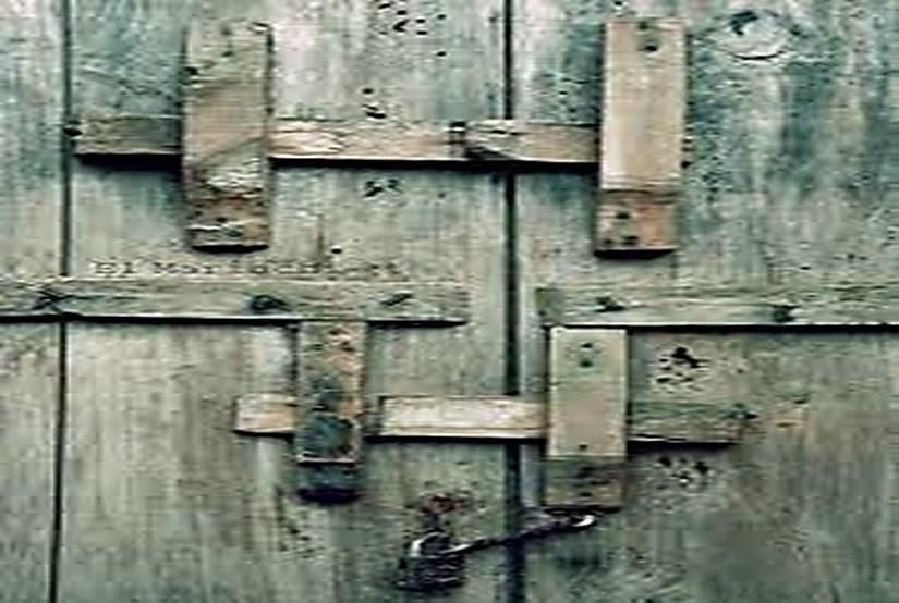 then cài trong cách khóa cửa của người xưa