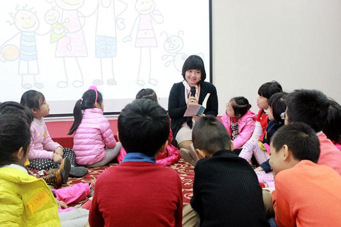 Tiến sĩ Nguyễn Thụy Anh trong một tiết đọc sách cùng học sinh tiểu học Trường phổ thông liên cấp Vinschool
