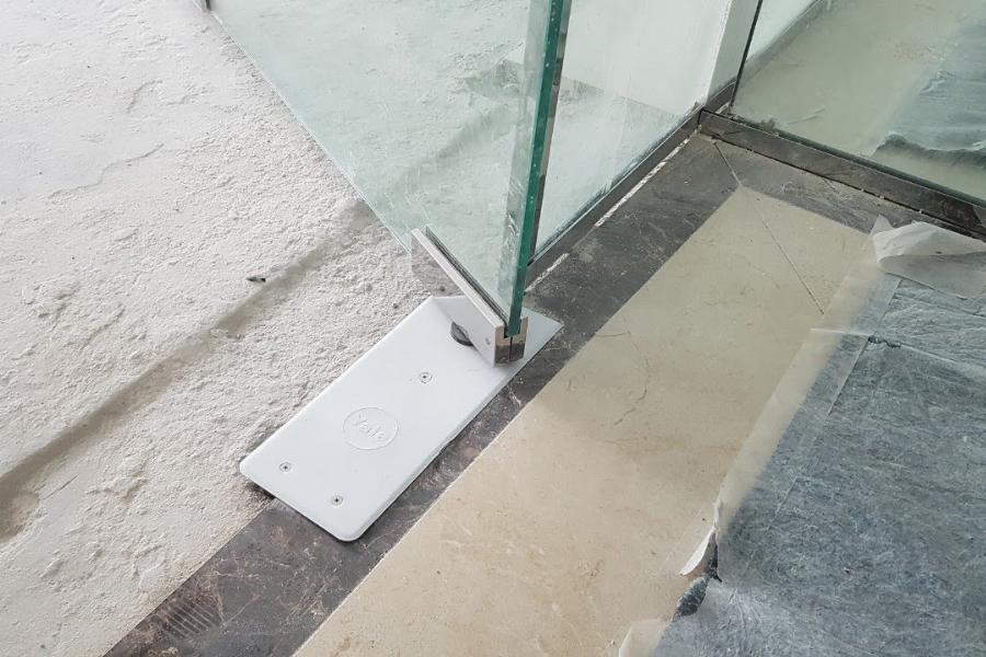 Quy trình lắp đặt cửa kính bản lề sàn 1 cánh